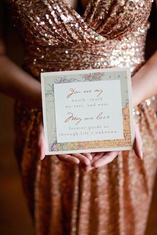 Unfondo de mapa para una boda con estilo. Invitaciones de boda para una boda wanderlust vintage. Fotografía: Sarah Goodwin Photography via burnettsboards.com