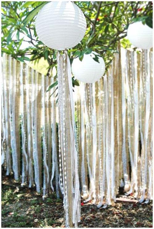 Una boda al aire libre con linternas de papel y cintas es sin duda un detalle original, económico que le dará originalidad y ligereza a la recepción. 32 Propuestas de Decoración de Bodas con Globos. Foto: blog.theweddingofmydreams.co.uk