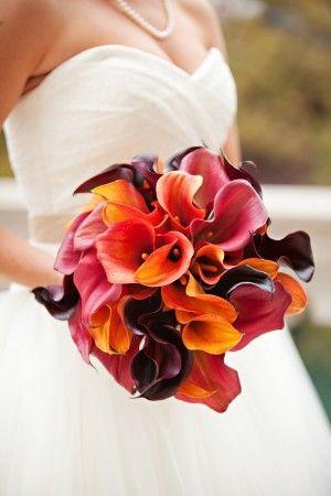 Lirios en tonos de naranja y morado para un bouquet de novia otoñal - Foto: indulgy.com