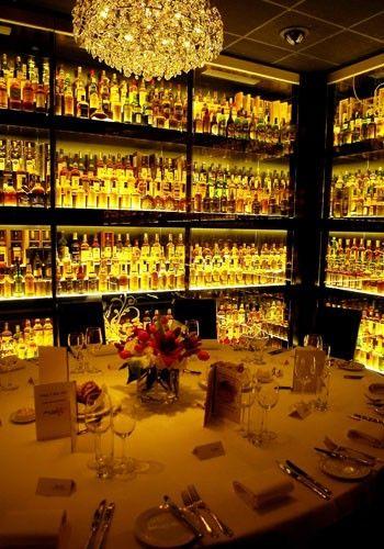 Lugares fuera de lo común para celebrar tu boda. Boda en una cámara de whisky.