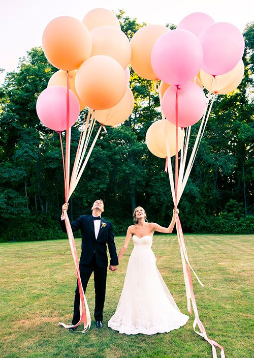 Original idea para una fotografía de boda. 32 Propuestas de Decoración de Bodas con Globos. Foto: brides.com