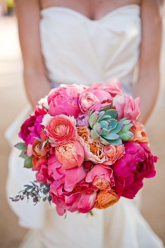 Peonias y suculentas para un ramo que se destacará contra el vestido. Cómo escoger el ramo de novia perfecto. Foto: lovewedbliss.com