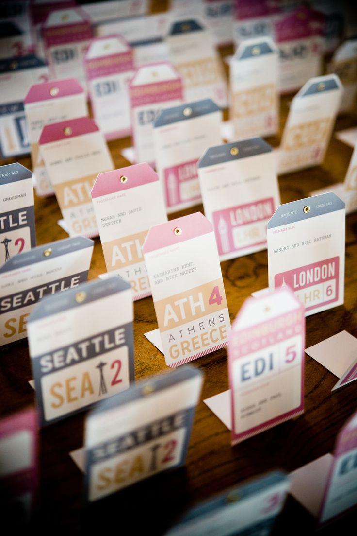 ¿Qué mejor que estas tarjetas para sentar a los invitados en tu wanderlust wedding? Fotografía: Laurel McConnell Photography