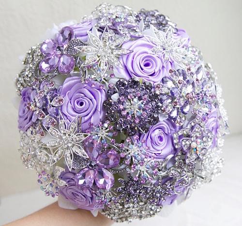 Ramo de novia con broches tipo joya, en lila y plateado, por MagnoliaHandmade