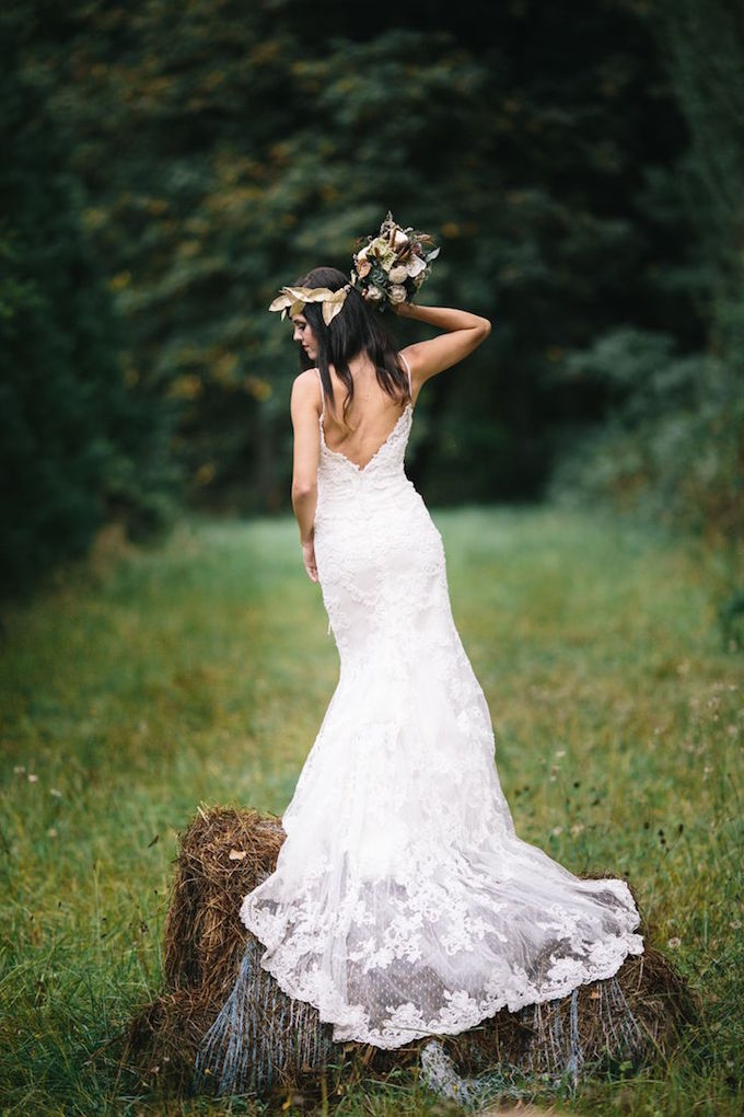 Ramo de novia vintage en blanco y dorado para una boda wanderlust, fotografiada por Portland Oregon Wedding Photographers