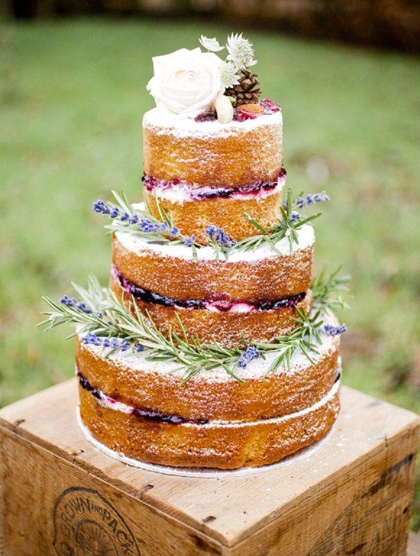 Rosas higos y ramitas decoran esta torta desnuda.