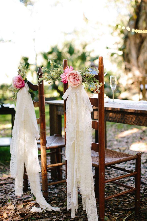 Sillas con encaje y flores fotografiadas por Becca Borge