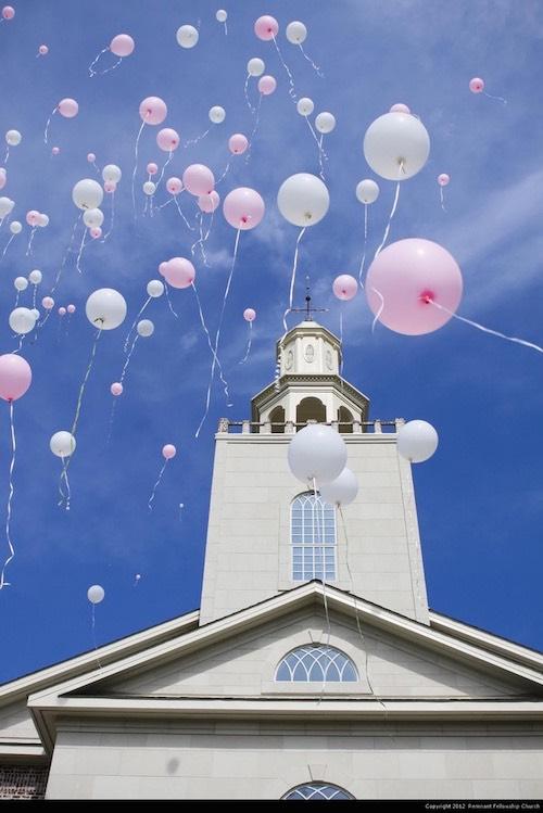 Suelta de globos a la salida de la iglesia. Foto: Remnant Fellowship Church