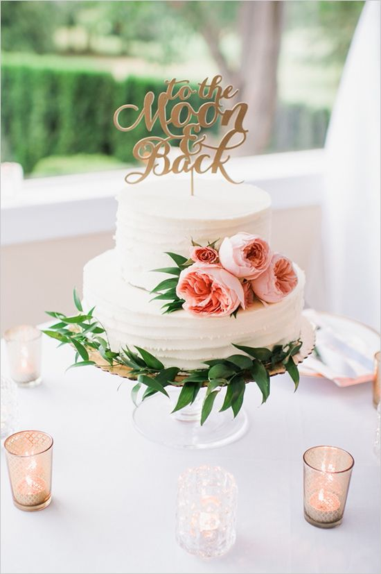 Torta de bodas boho en blanco rodeada de verde y con flores. Fotografía: Barrie Anne Photography