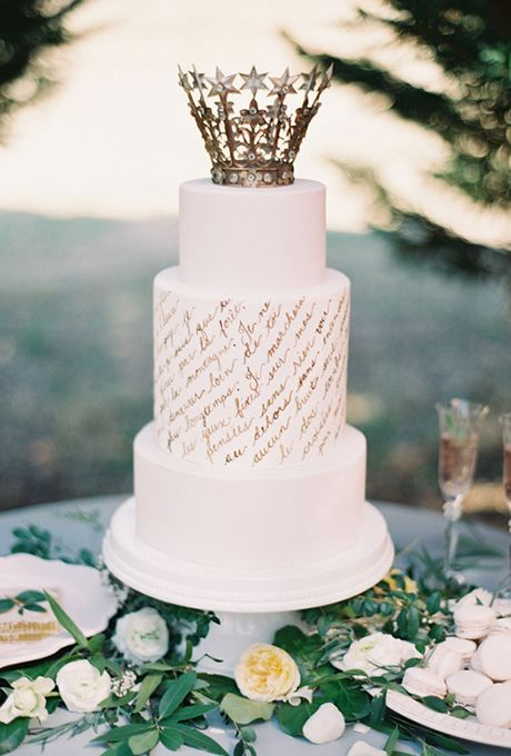 Torta de casamiento blanca con detalles en dorado fotografiada por Melanie Gabrielle Photography y creada por Earth and Sugar.