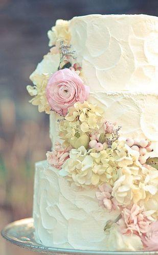 Torta de matrimonio con buttercream y flores diseñada por Style Social Events y fotografiada por Jamie Lauren Photography