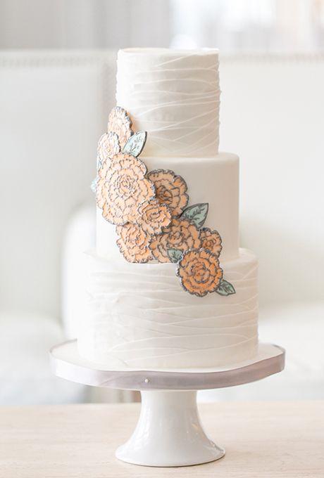 Torta de bodas blancas con flores que parecen dibujadas creada por The Sugar Suite. Fotografía: Amelie Orrange