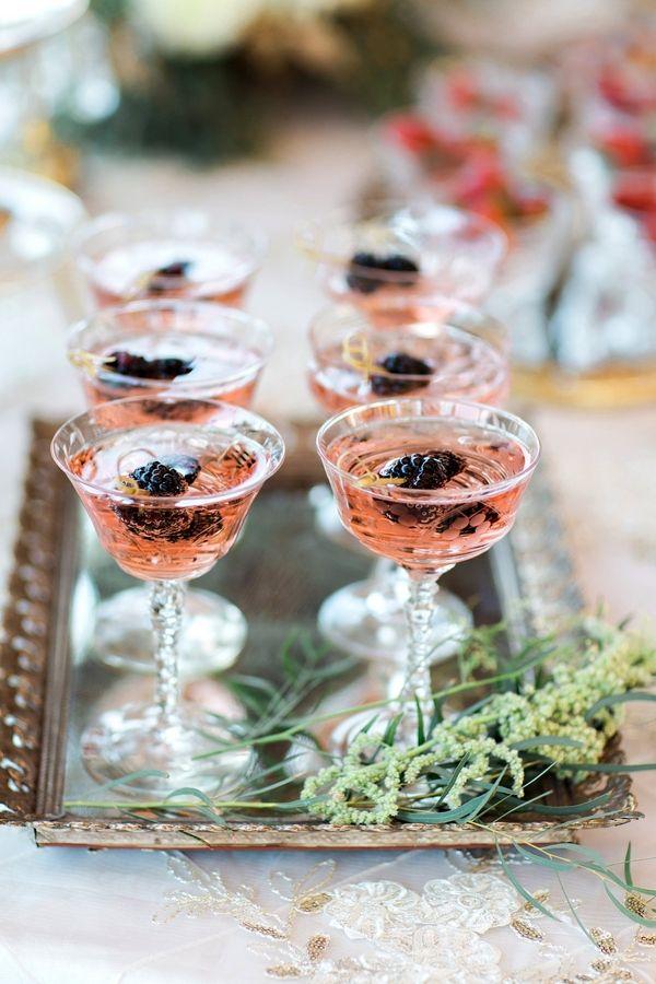 Una Wanderlust wedding inspirada en Paris oh! la! la! Fotografía: Pauline Conway Photography via theperfectpalette.com