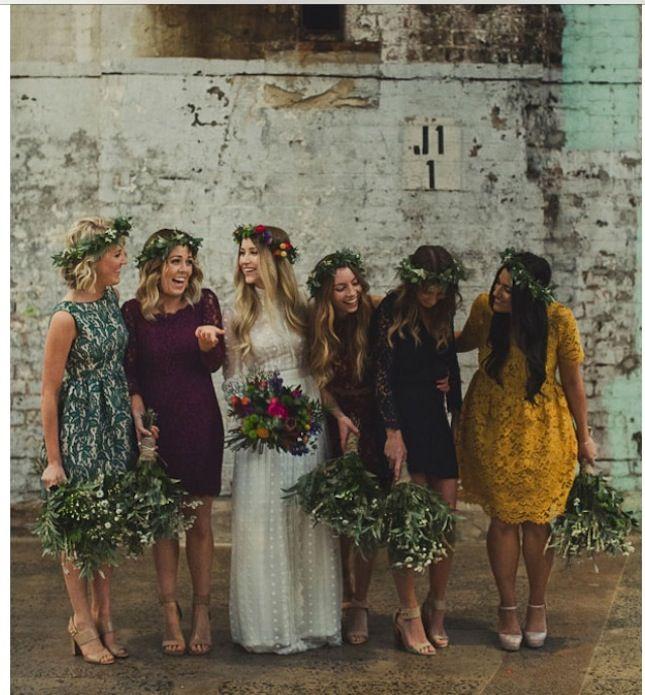 Vestidos de damas de honor totalmente desiguales para una original boda boho. Foto: brit.co