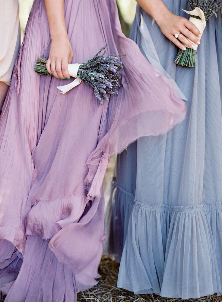 Vestidos maxi para las damas de honor en distintos colores. Foto: Jose Villa Photography