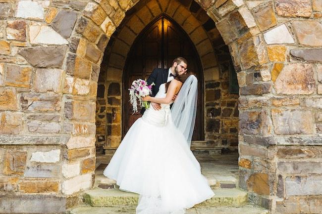 A la salida de la iglesia un beso a lo Valentino. Crédito de Fotografía Christian Turner