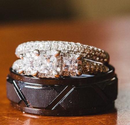 Bodas reales: Los anillos de casamiento. Para ella, una belleza con diamantes y para él cobalto gris. Son un sueño, ¿no? Crédito de Fotografía Christian Turner