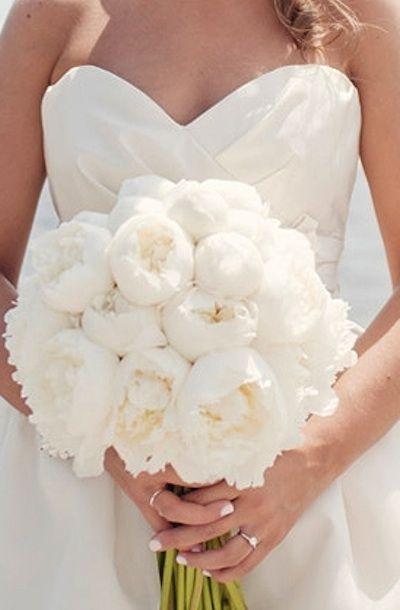 Cómo escoger el ramo de novia perfecto. Soñado bouquet de novia en blanco purísimo de peonias - Foto: bridalguide.com