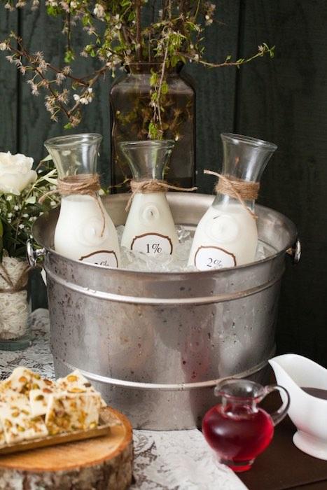 Coffee bar en las bodas 2016 para acompañar los dulces. Si con mini-botellas de leche para los cortados!