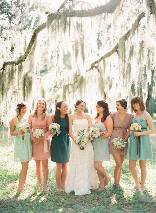 Con los colores de la boda pero con individualidad, lucen sus vestidos las damas de honor.