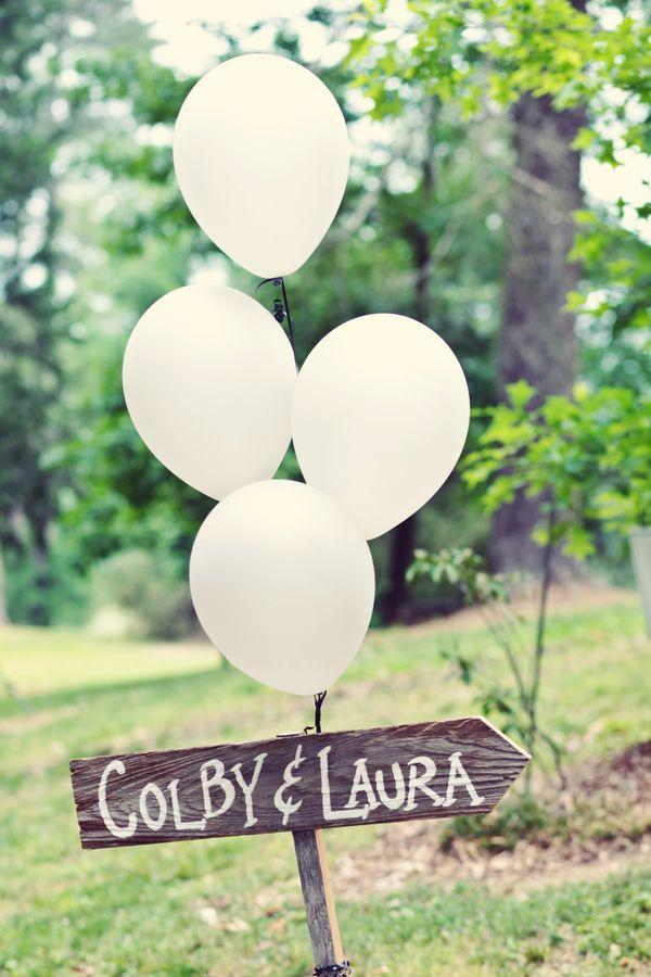 Decora tus carteles de boda con globos como esta boda en Atlanta, GA. Foto: frostedpetticoatblog.com