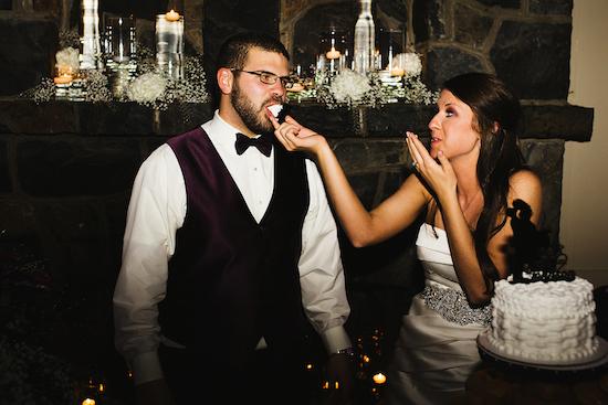 ¿Quién dijo que el pastel de bodas no puede hacer felices tanto al novio como a la novia? Decoración de boda vintage y corte de la torta. Crédito de Fotografía Christian Turner