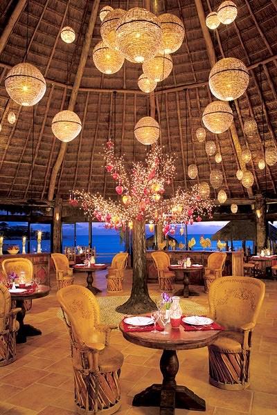 Decoración de bodas con globos en una boda en Cancún. 32 Propuestas de Decoración de Bodas con Globos. Foto: weddinglocation.com
