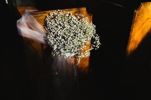 Un toque vintage , romántico y económico. Decoración de la iglesia con gipsófilas. Crédito de Fotografía Christian Turner