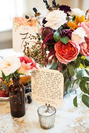 Incorpora frases para bodas en la decoración de tus mesas. Foto: elegantweddinginvites.com