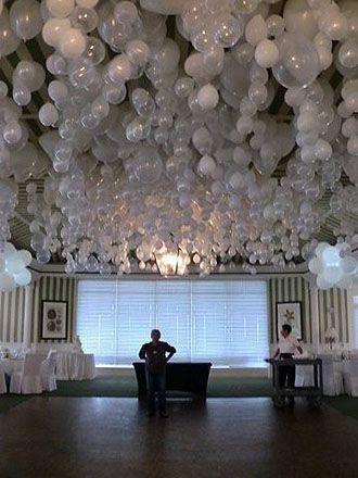 Un cielo románticamente original. Una piedrita lisa dentro de cada globo y así flotarán hacia abajo. Foto: notmartha.org