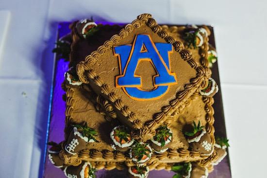 El pastel del novio con el emblema de su alma matter. Crédito de Fotografía Christian Turner