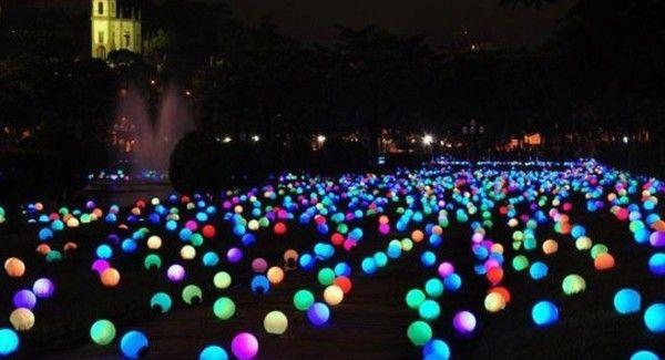 Invasión de color con una idea fácil: Inserta glow sticks en los globos y distribúyelos en el piso de la recepción. Puedes colocarlos sobre tees de golf para que se mantengan en su lugar.
