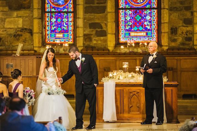 Iluminando la vela de unidad de boda. Crédito de Fotografía Christian Turner