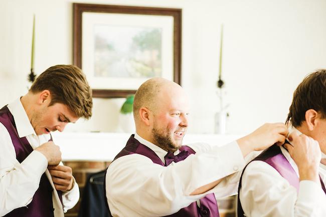 El novio y sus groomsmen preparándose para la ceremonia religiosa Guapos, ¿no? Crédito de Fotografía Christian Turner