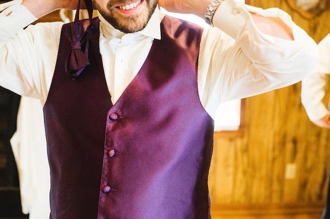 Traje de novio y padrinos de boda: El chaleco de los padrinos en orquídea radiante super vintage. Crédito de Fotografía Christian Turner
