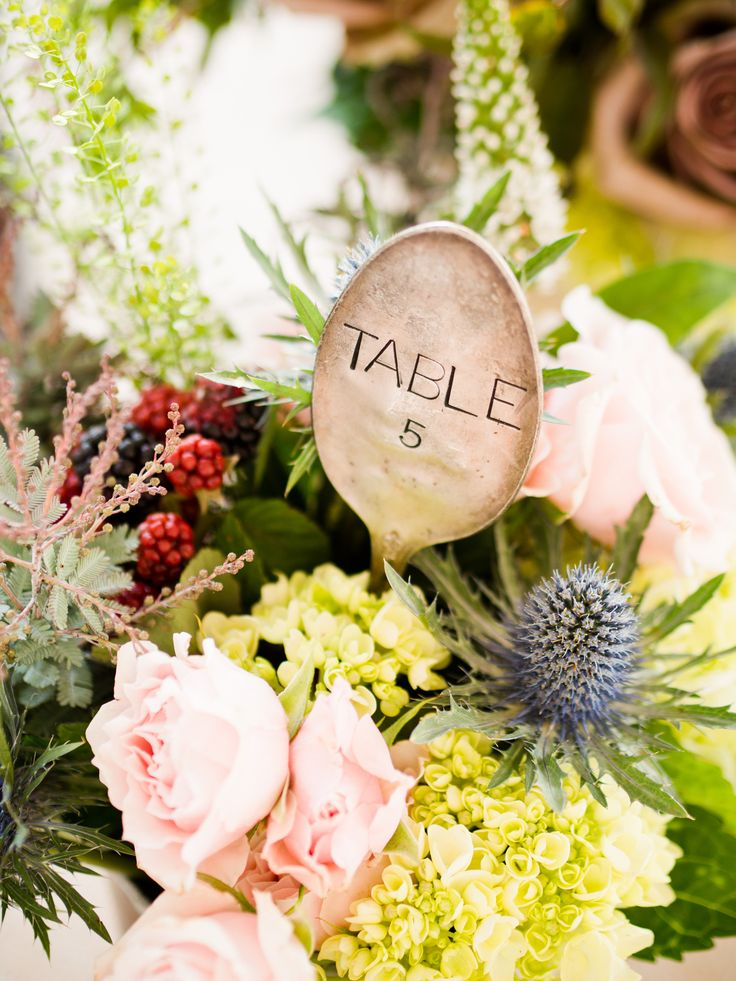 Para una boda vintage utiliza cucharas vintage como números para mesas. Fotografía: W Studios New York