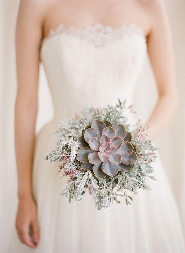 Un ramo de novia con una sola flor y una gran ventaja: las suculentas se mantienen frescas por mas tiempo - Foto: modwedding.com