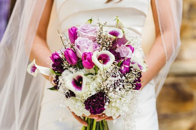 Un ramo de novia al tono con el tema de la boda. Crédito de Fotografía Christian Turner