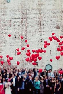 Suelta de globos rojos para la fotografia de boda. Foto: oncewed.com