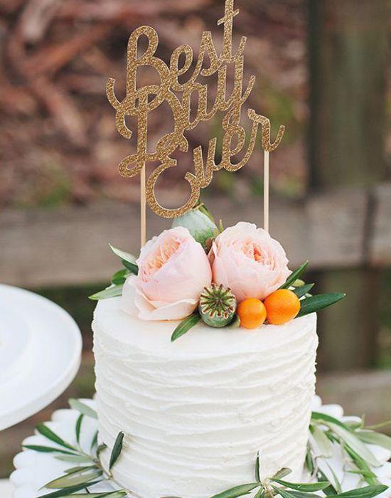 Una torta blanca con anémonas.