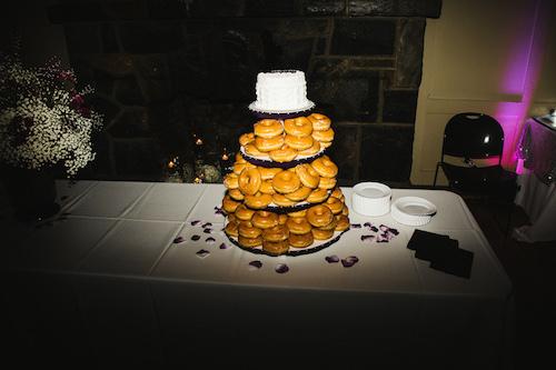 Una torta de casamiento vintage y divertida. Crédito de Fotografía Christian Turner