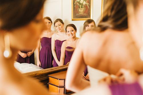 Los vestidos de las damas de honor también en orquidea radiante. Crédito de Fotografía Christian Turner