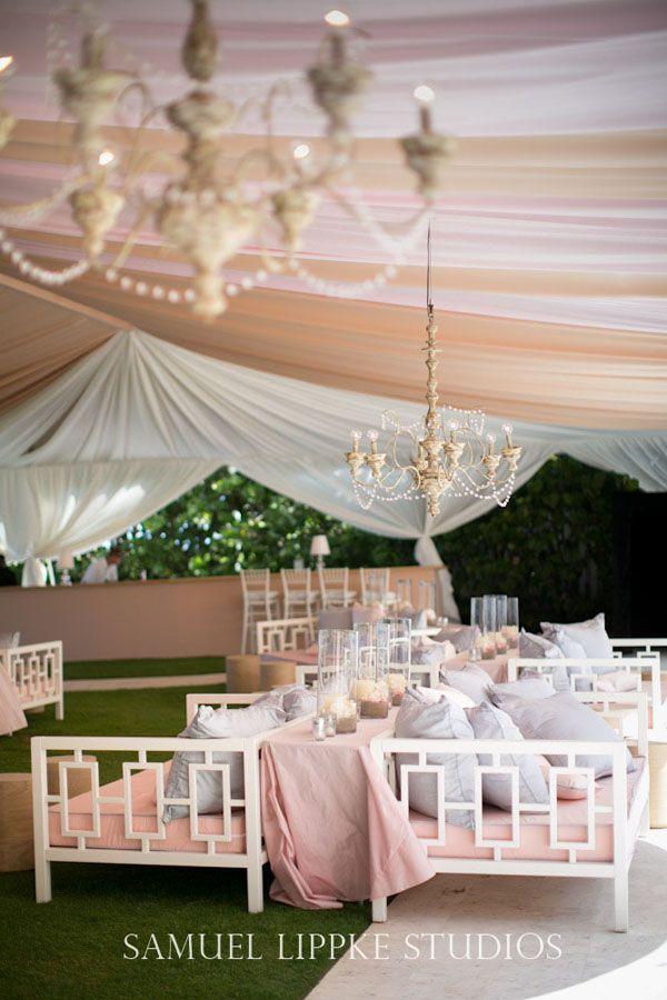 Un living decorado por Samuel Lippke Studios. Carpas decoradas para bodas.