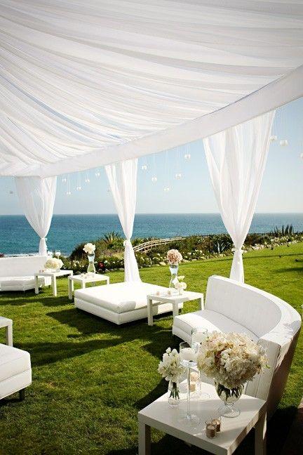 Cómo decorar carpas para bodas al aire libre: los livings son espacios perfectos para una boda super chic.