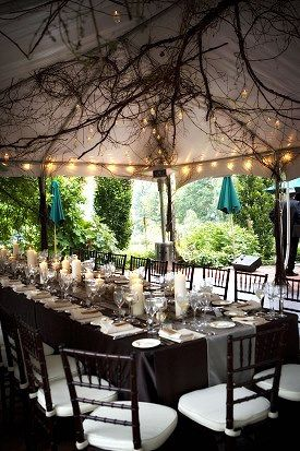 Creativa decoración de carpas para bodas con ramas y luces.