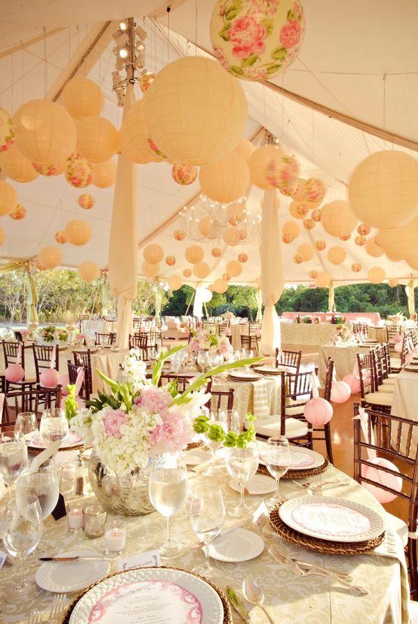 Decora la carpa para bodas con globos para darle un toque caprichoso y divertido a la recepción. Fotografia Pezz Photo
