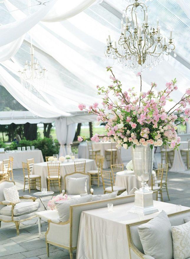 Decoración de carpas para bodas de lujo. Los sillones van perfectos con las lámparas con caireles bajo la carpa.