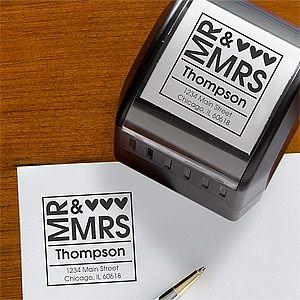 En lugar de imprimir más de 500 etiquetas para el remitente de los agradecimientos, las invitaciones, los save the dates y sus respuestas, usa un sello personalizado.