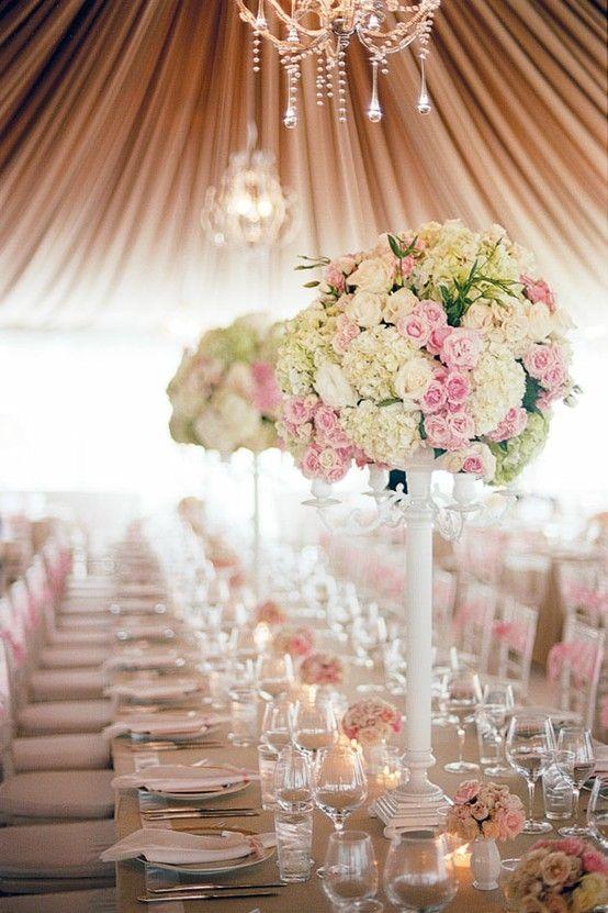 Las carpas para bodas dan un toque de elegancia clásica a esta recepción al aire libre.