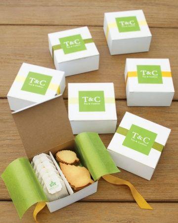 Los sellos stickers con las iniciales de los novios son perfectos para personalizar estos recuerdos de boda en cajitas con té y galletas. Foto: marthastewartweddings.com